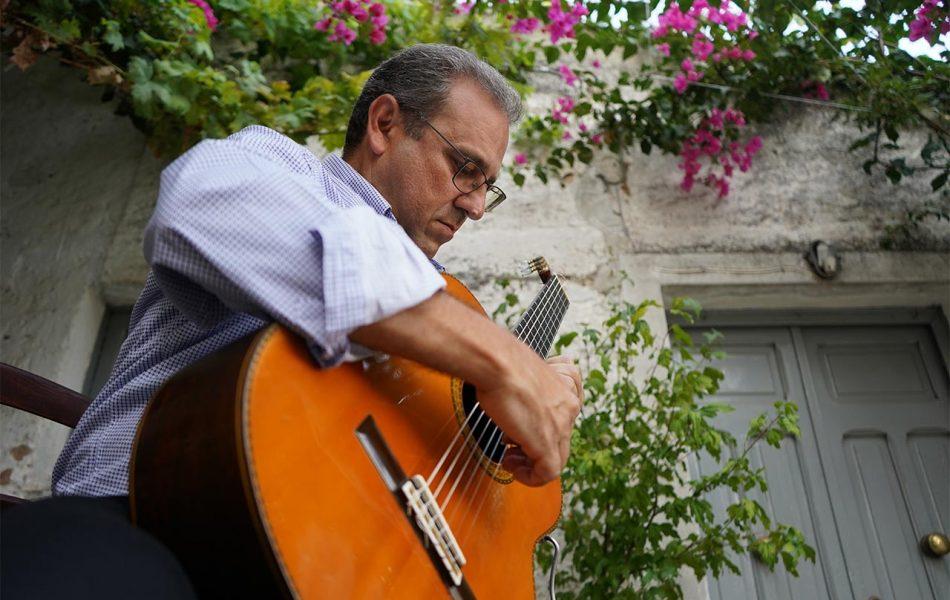 mario_gullo_con_chitarra_spezzano